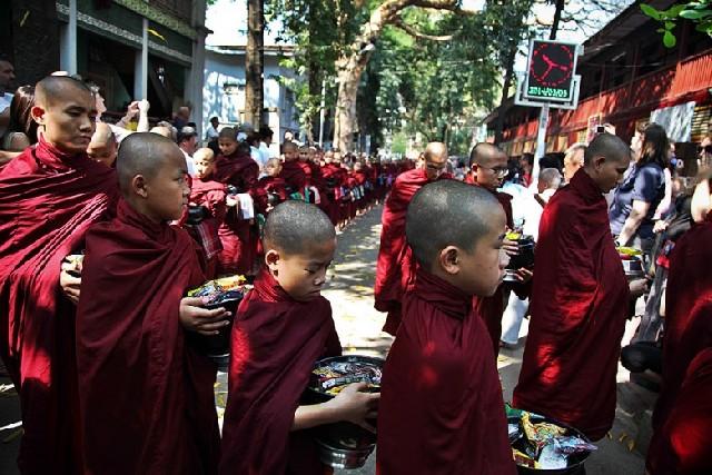 채움과 나눔이 공존하는 만달레이 붉은 행렬
