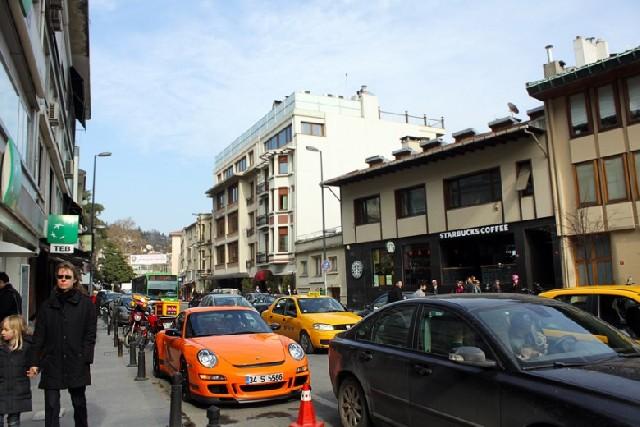 이른 봄의 포말을 커피잔에 담다. 이스탄불 베벡 스타벅스