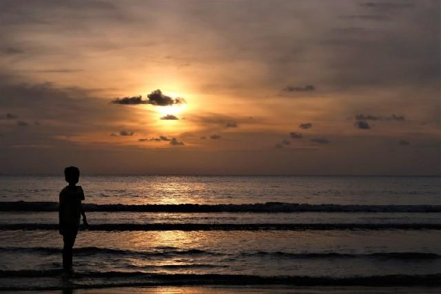 말레이시아 탄중아루 해변에서 일몰 기다리기